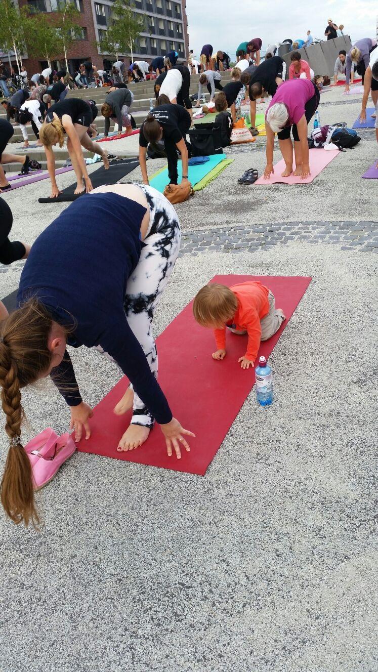 Yoga Sonnengruss Bedeutung Shakti Sunday mit Kind