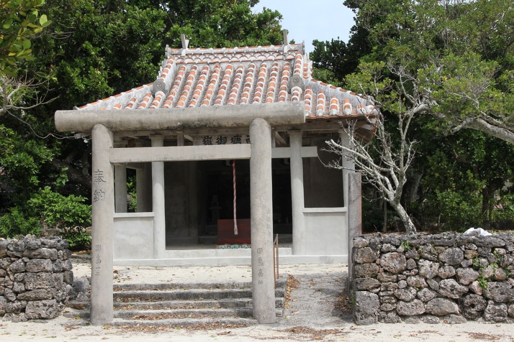 taketomi-island-ishigaki-temple-bineloveslife